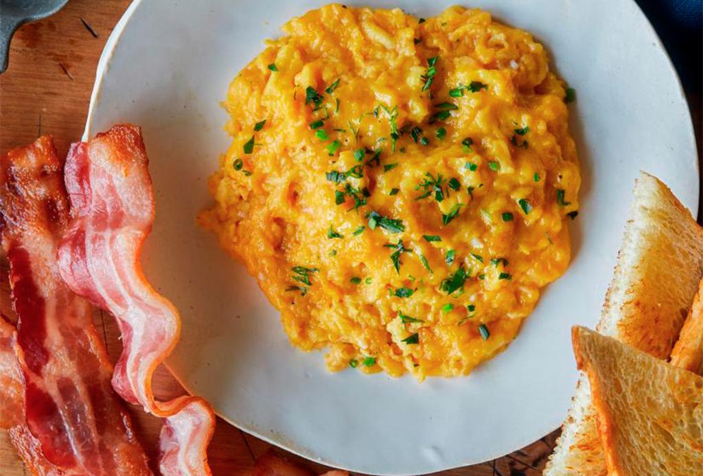 La técnica de Chrissy Teigen para preparar los mejores huevos revueltos