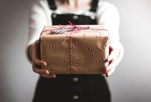 Cómo hacer un divertido intercambio navideño a distancia