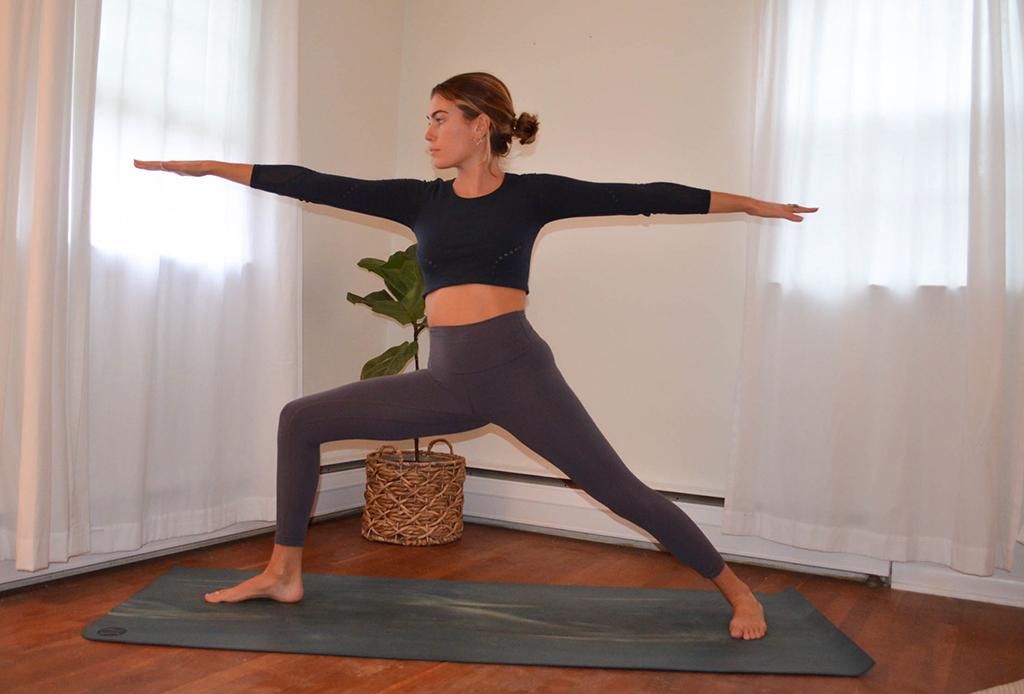 Una secuencia de yoga perfecta para combatir el frío del invierno - yoga-invierno-2