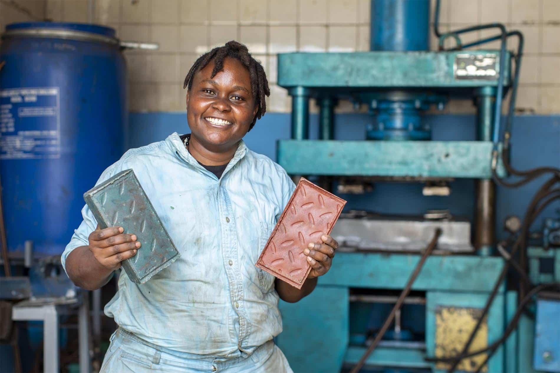 Conoce a la mujer que está transformando el plástico en ladrillos