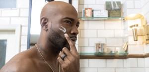 La historia detrás de la línea de skincare de Karamo Brown