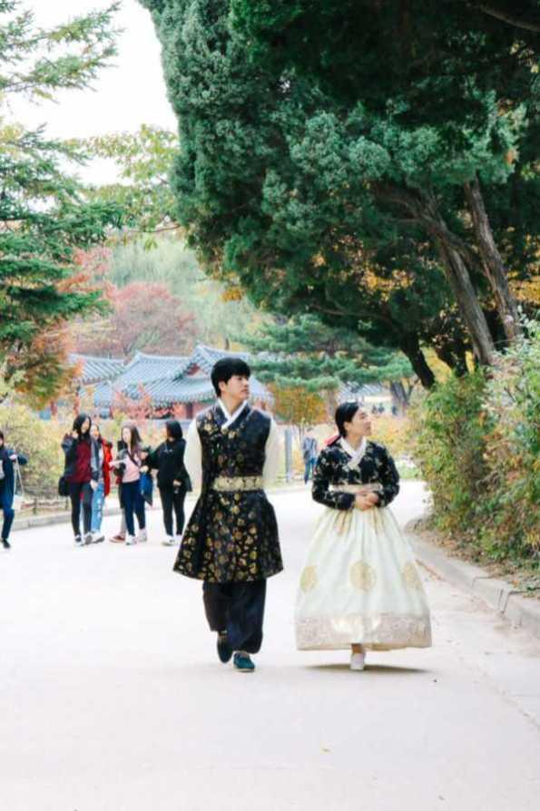 Pärchen in koreanischer Tracht, Gyeongbokgung Palast, Seoul, Korea