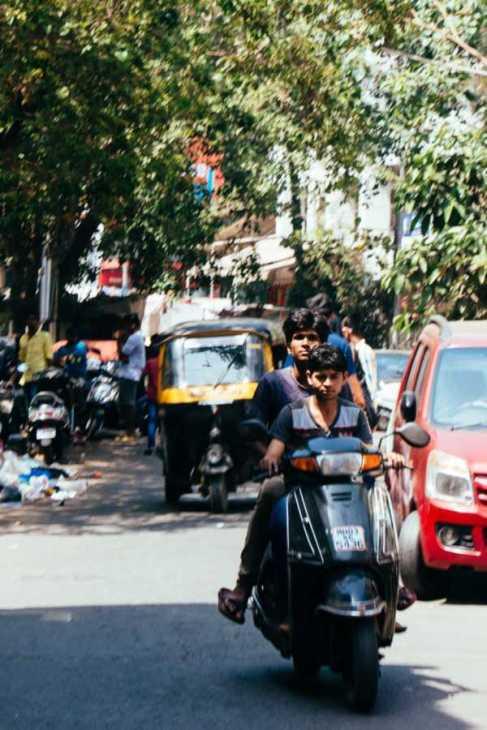 Fahrt mit dem Motorroller durch Mumbai, Indien