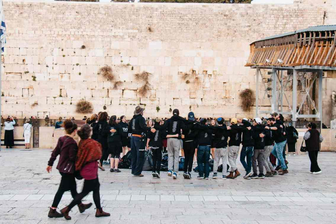 Tanzende Jugendliche Klagemauer Jerusalem