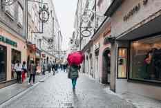 Mit Schirm in der Getreidegasse in der Salzburger Altstadt