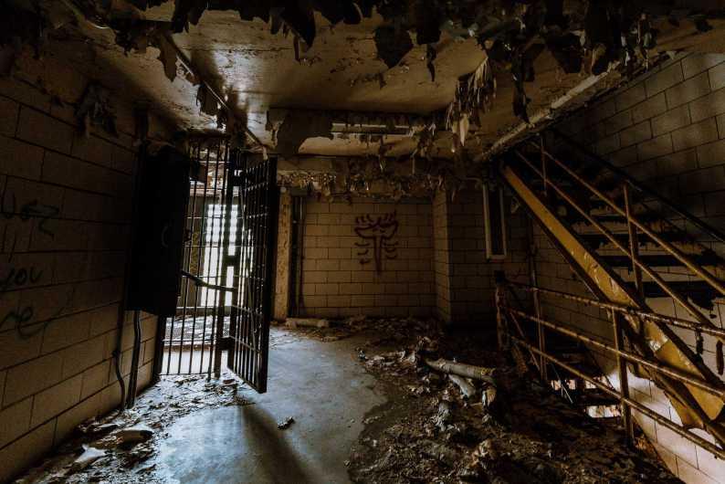 Dunkler Treppenaufgang in altem Gefängnis