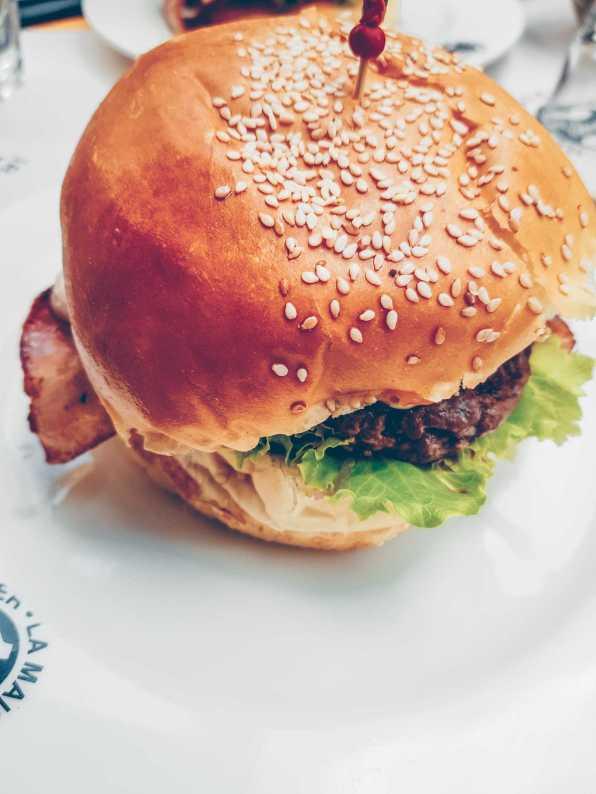 Burger mit Bacon und Salat auf Teller