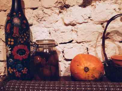 Georgische Dekoration mit Kürbis und eingelegtem Gemüse