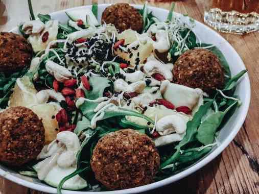 Breslau Sehenswürdigkeiten Salat vegan mit Falafel