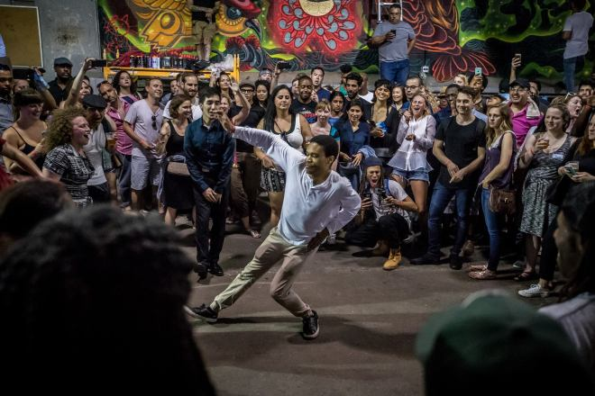 weekend-Chicago-event-performer-dancing-in-a-circle