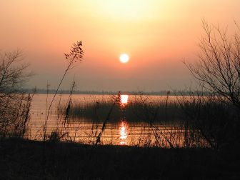 https://commons.wikimedia.org/wiki/File:Biwa_Lake.jpg