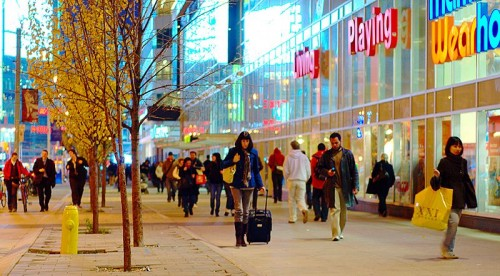 Photo-Shoppers_on_Dundas_near_Yonge-by-Ian-Muttoo-for-Wikipedia-share-alike-license