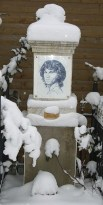 https://commons.wikimedia.org/wiki/File:Jim_Morrison_Denkmal_im_Winter.JPG
