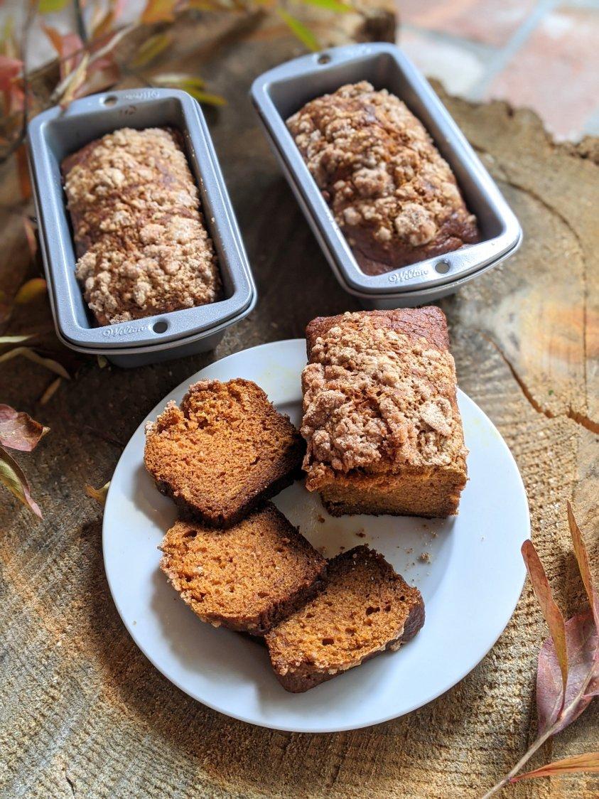 healthy vegan pumpkin bread recipe with pumpkin pie spice cinnamon sugar pumpkin bread crumble topping egg free dairy free