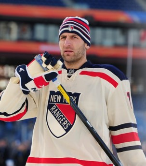 Veteran Mike Rupp came up big for the Rangers in the Winter Classic (Tom Turk/THW)