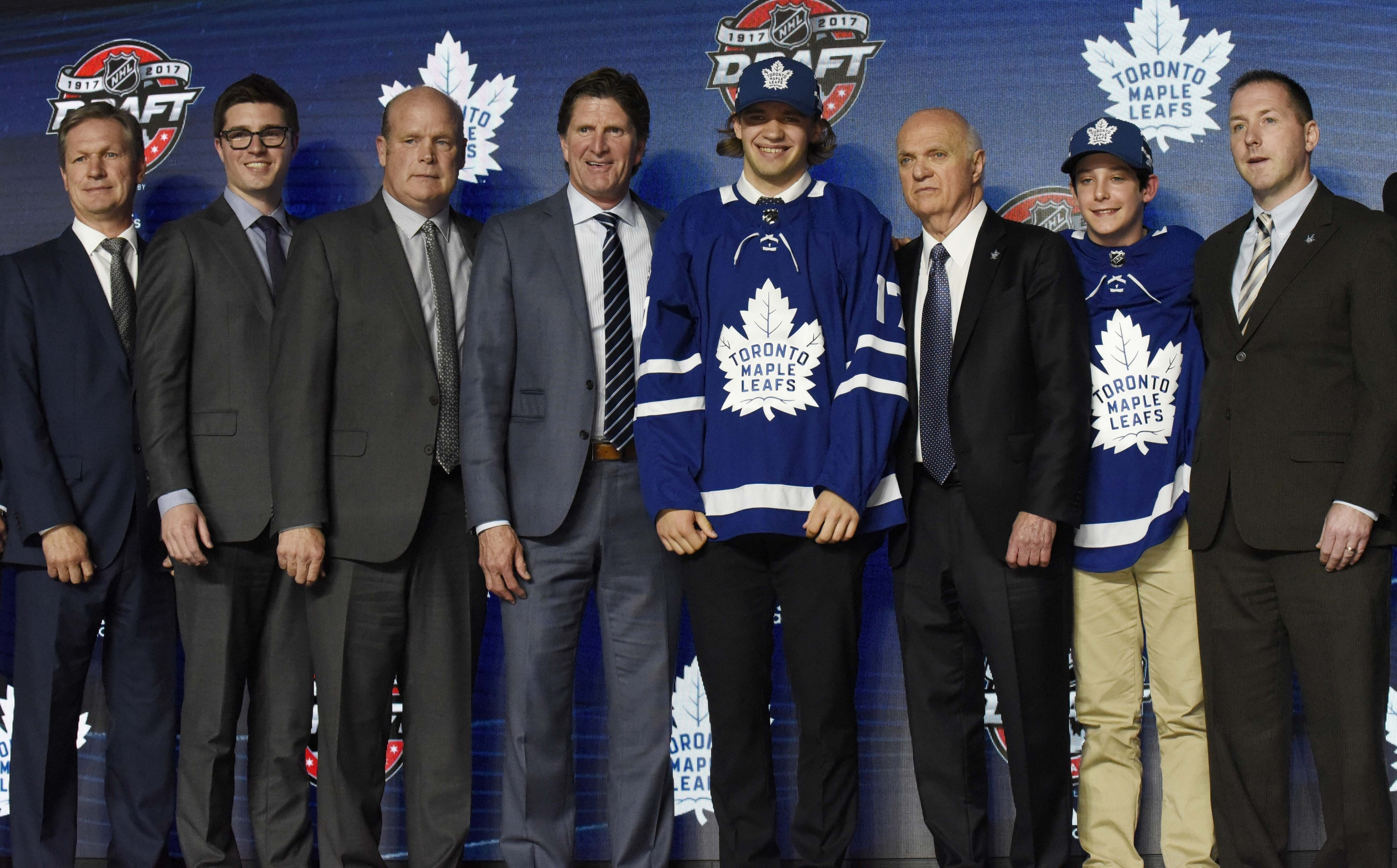 Maple Leafs sign D Hainsey, C Moore as free agency begins