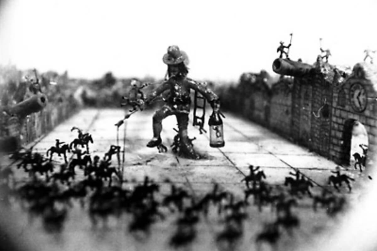"The moving micro art ""Gulliver And Lilliputians"" by Eduard Ter-Ghazaryan, one of his few moving miniature artworks."
