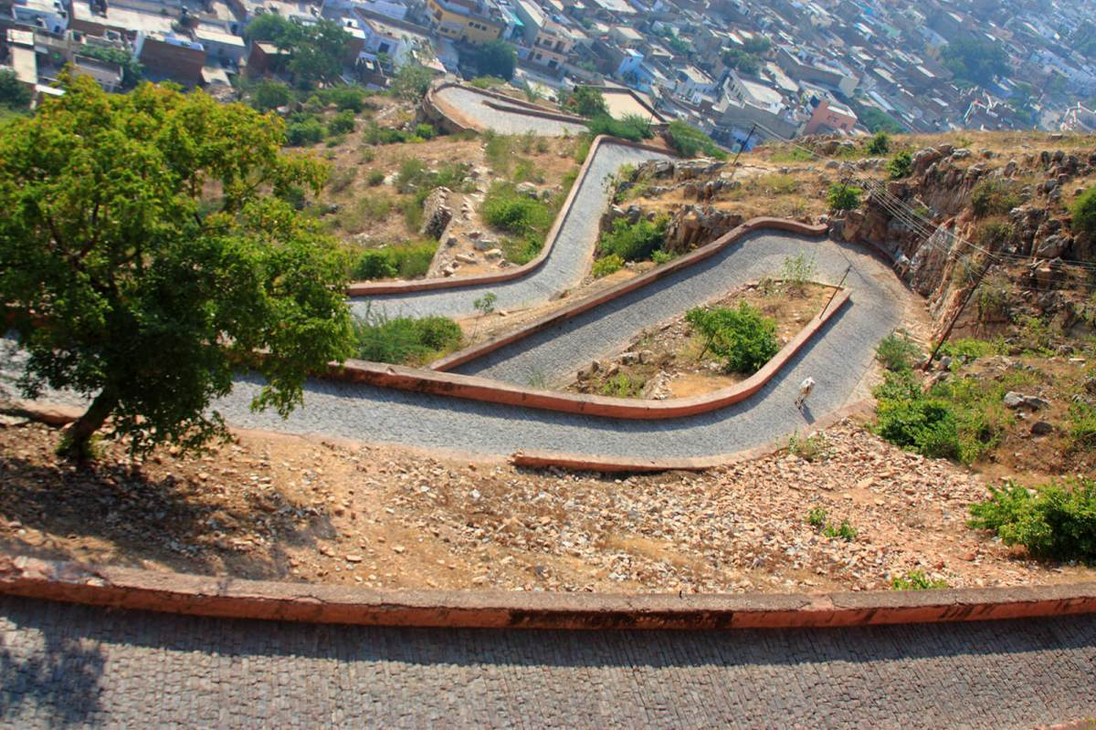 The long, windy road up to Nahargarh Fort in Jaipur, India