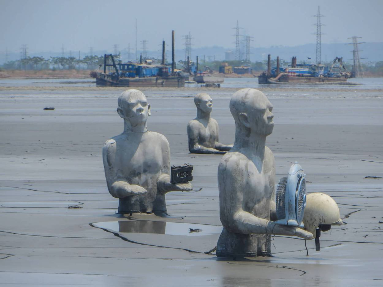The man-made Sidoarjo Mud Volcano totally screwed things up for the people of that town. Surprisingly few people know about it though. That's why it is one of the unique, quirky and off the beaten path things to do in Surabaya, Indonesia
