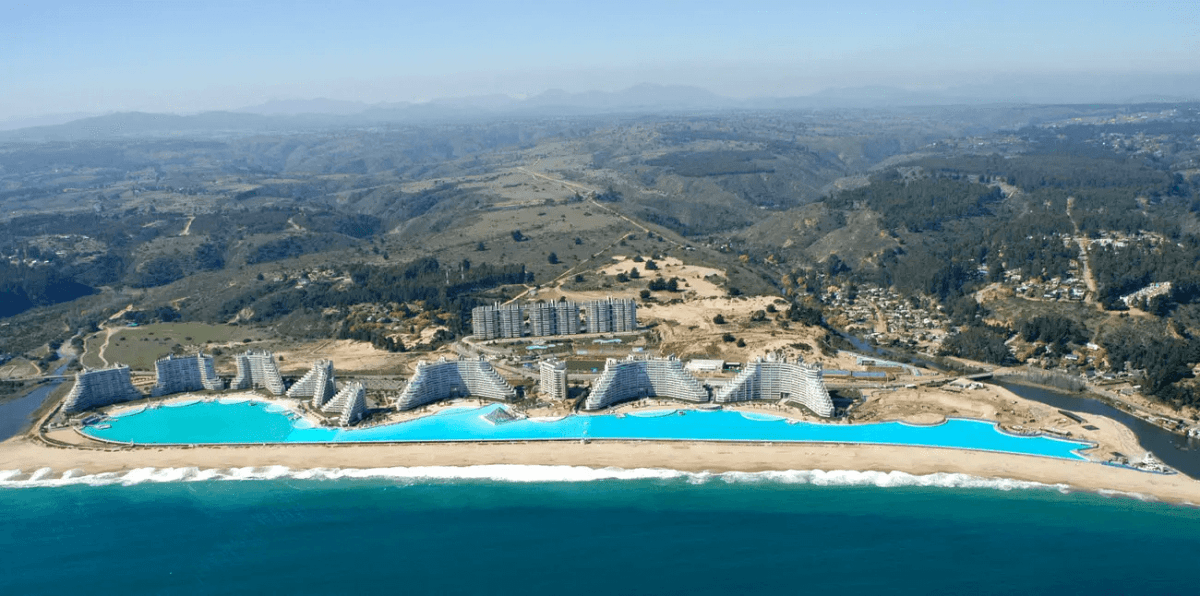 The world's largest swimming pool holds 66 million gallons of water and is 115 feet deep (35m) in some places