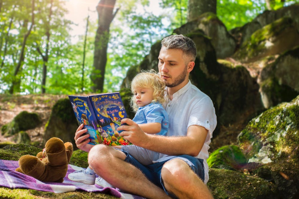 help toddlers, dad reading to toddler