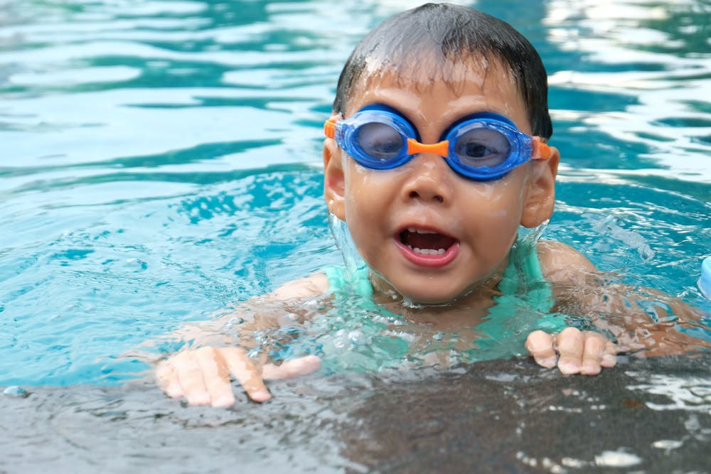 drowning, toddler wearing swimming goggles