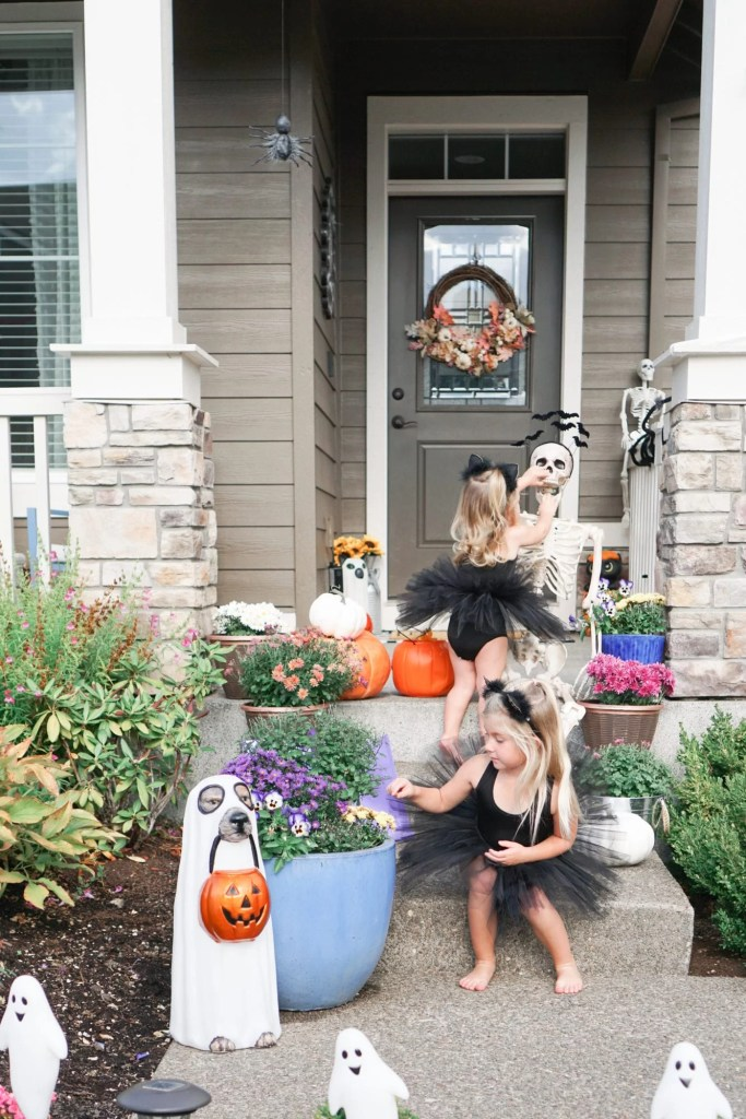 Simple And Budget Friendly Outdoor Halloween Decoration Ideas