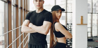 how to look muscular in clothes
