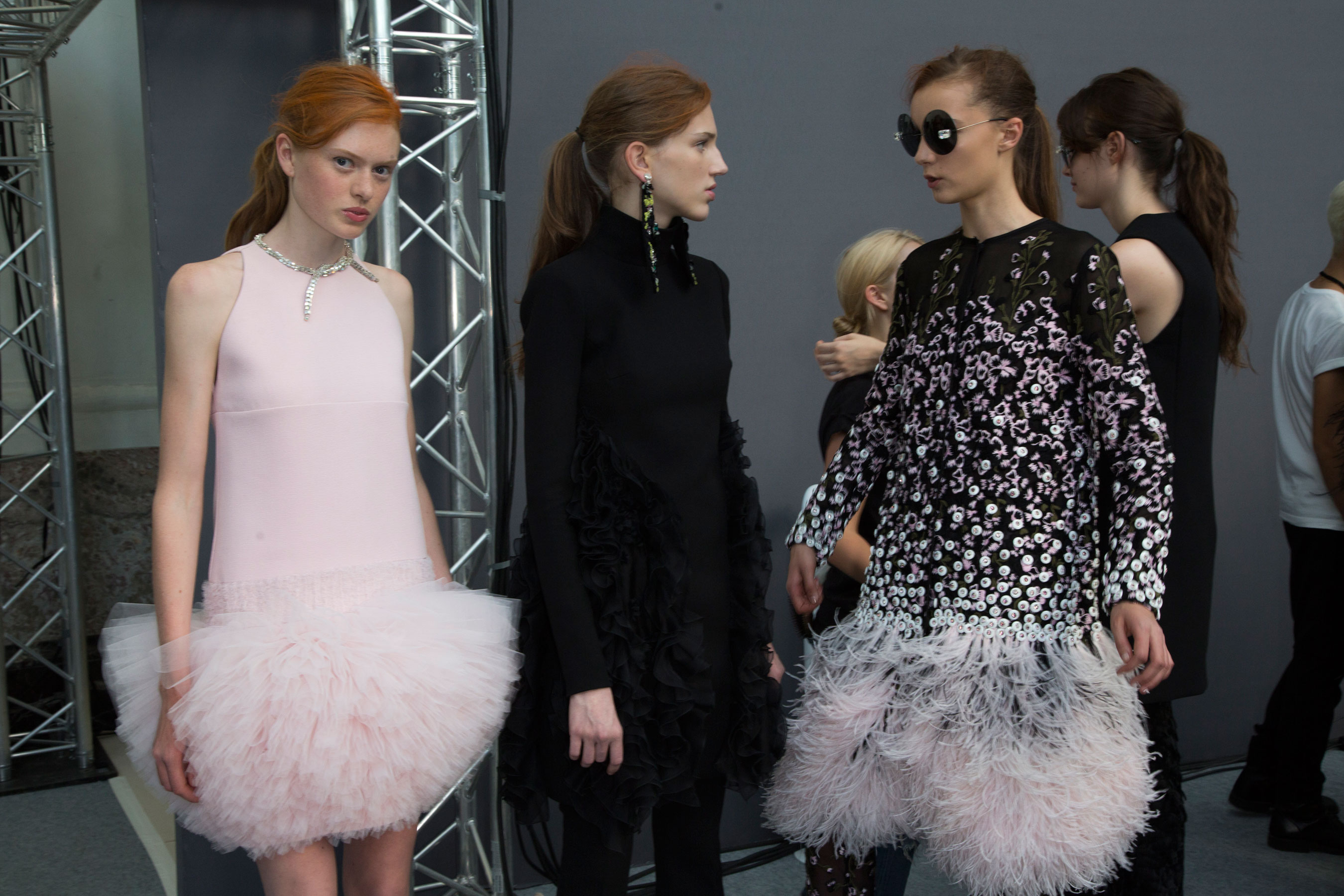 GIAMBATTISTA-VALLI-backstage-fall-2015-couture-the-impression-060
