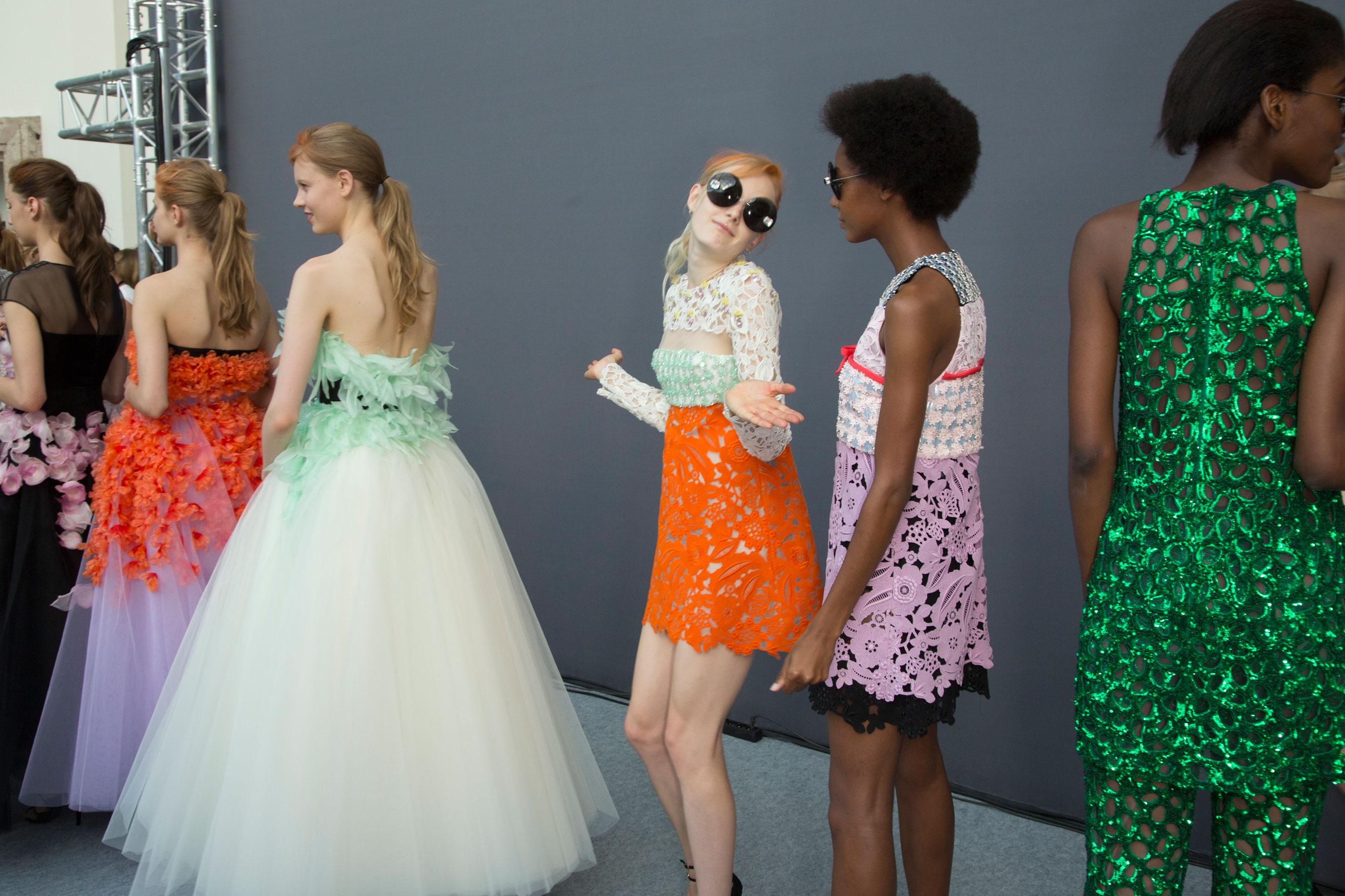 GIAMBATTISTA-VALLI-backstage-fall-2015-couture-the-impression-075