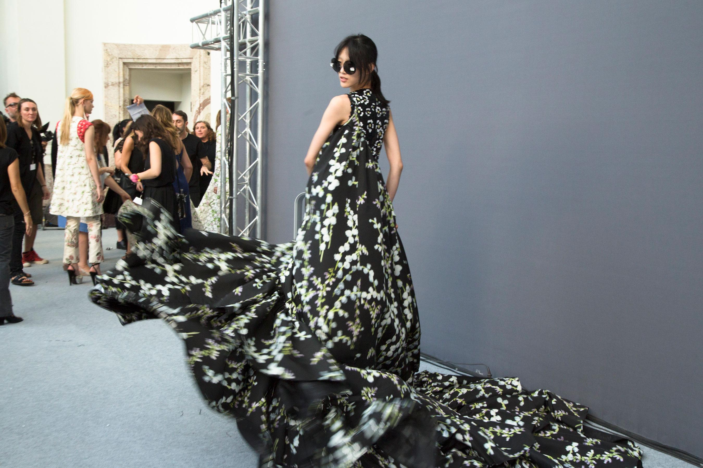 GIAMBATTISTA-VALLI-backstage-fall-2015-couture-the-impression-089