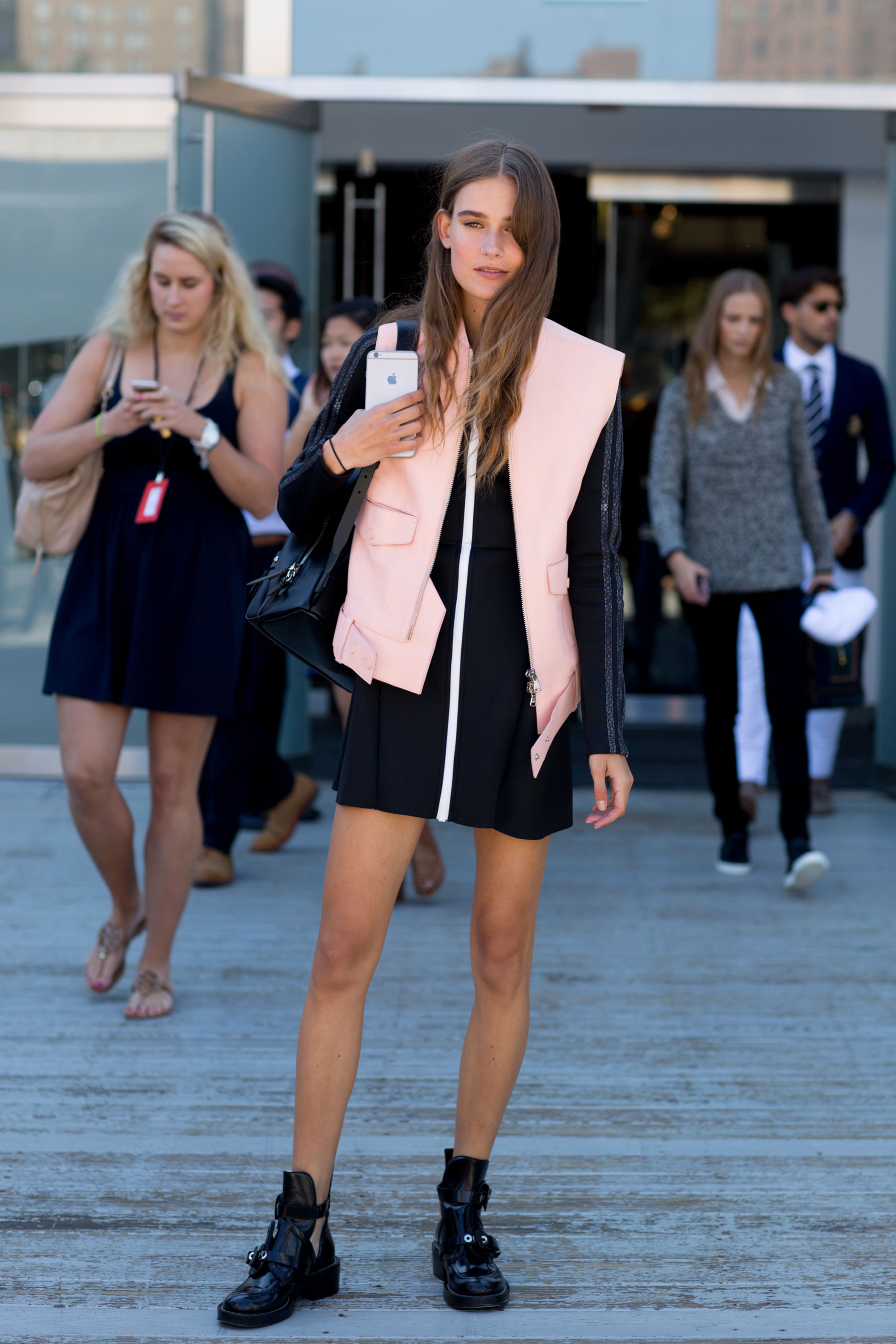 NEW-YORK-FASHION-WEEK-STREETS-STYLE-DAY5-spring-2016-fashion-show-the-impression-10