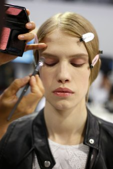 Dior-backstage-beauty-spring-2016-fashion-show-the-impression-090