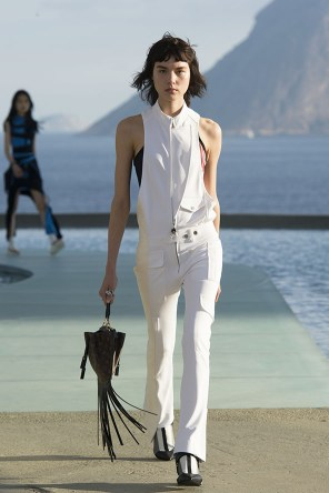 Louis-vuitton-resort-2017-the-impression-009