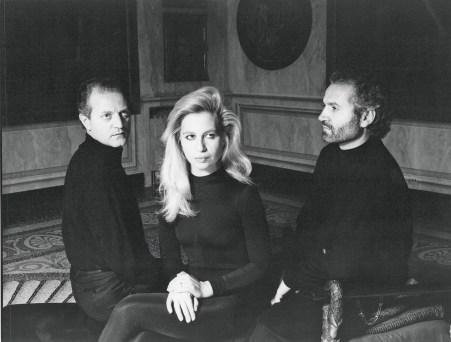 Santo, Donatella, and Gianni Versace at Villa Fontanelle, Moltrasio, Lake Como, 1987, photo Alfa Castaldi.