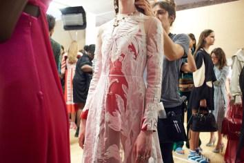 Valentino-resort-2018-backstage-fashion-show-the-impression-010