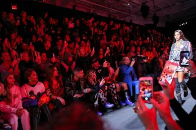 MOSCHINO [tv] H&M Holiday 2018 Fashion Show-the-impression-061