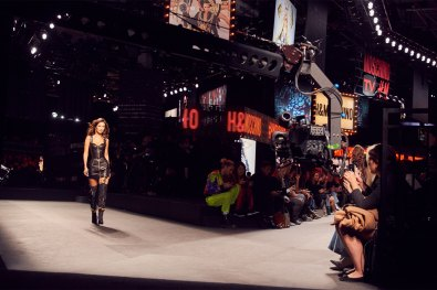 MOSCHINO [tv] H&M Holiday 2018 Fashion Show-the-impression-062
