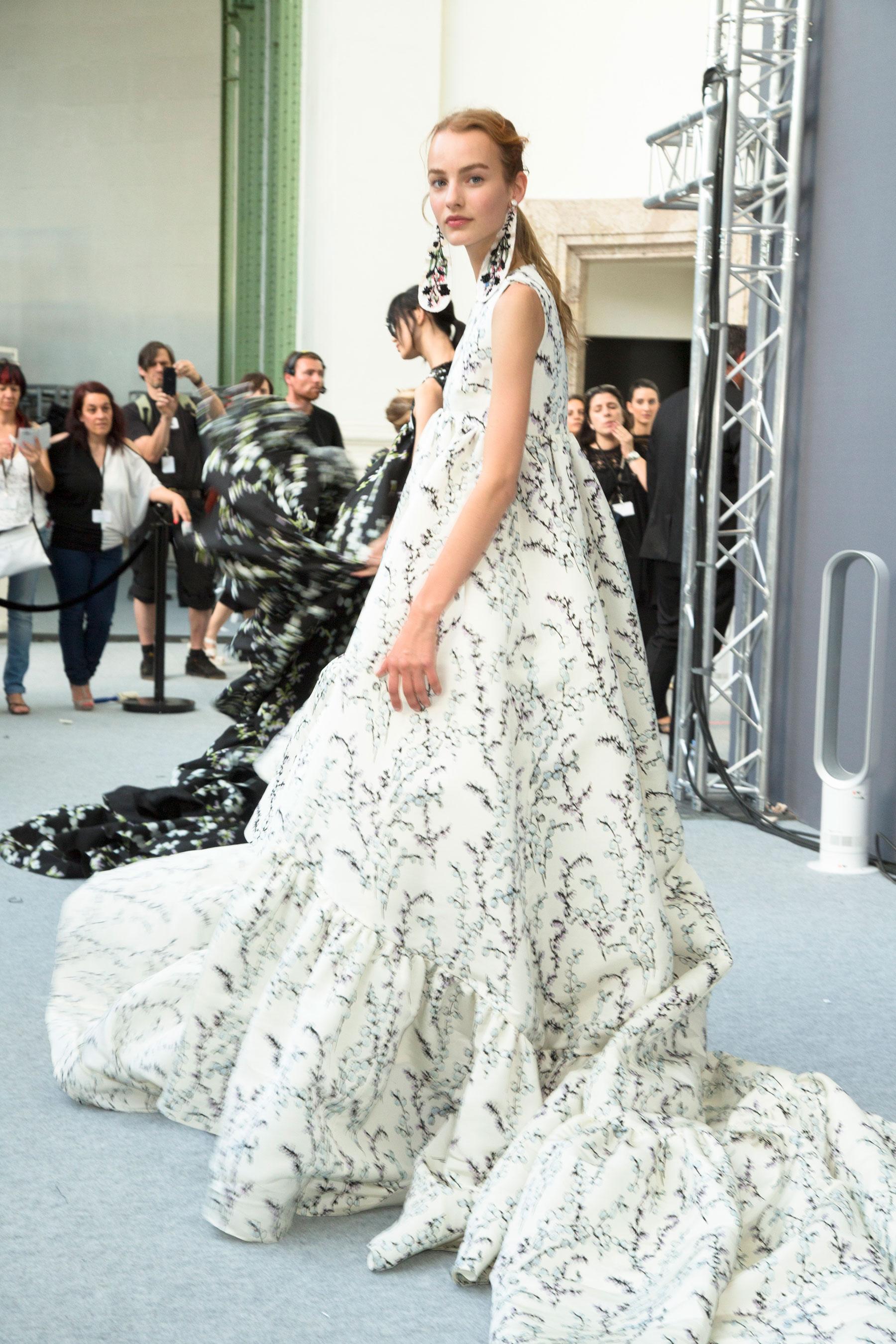 GIAMBATTISTA-VALLI-backstage-fall-2015-couture-the-impression-091