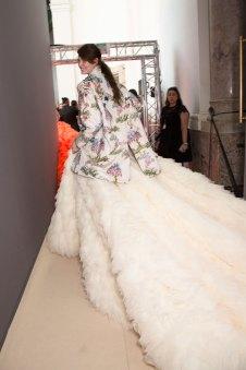 GIAMBATTISTA-VALLI-backstage-fall-2015-couture-the-impression-098