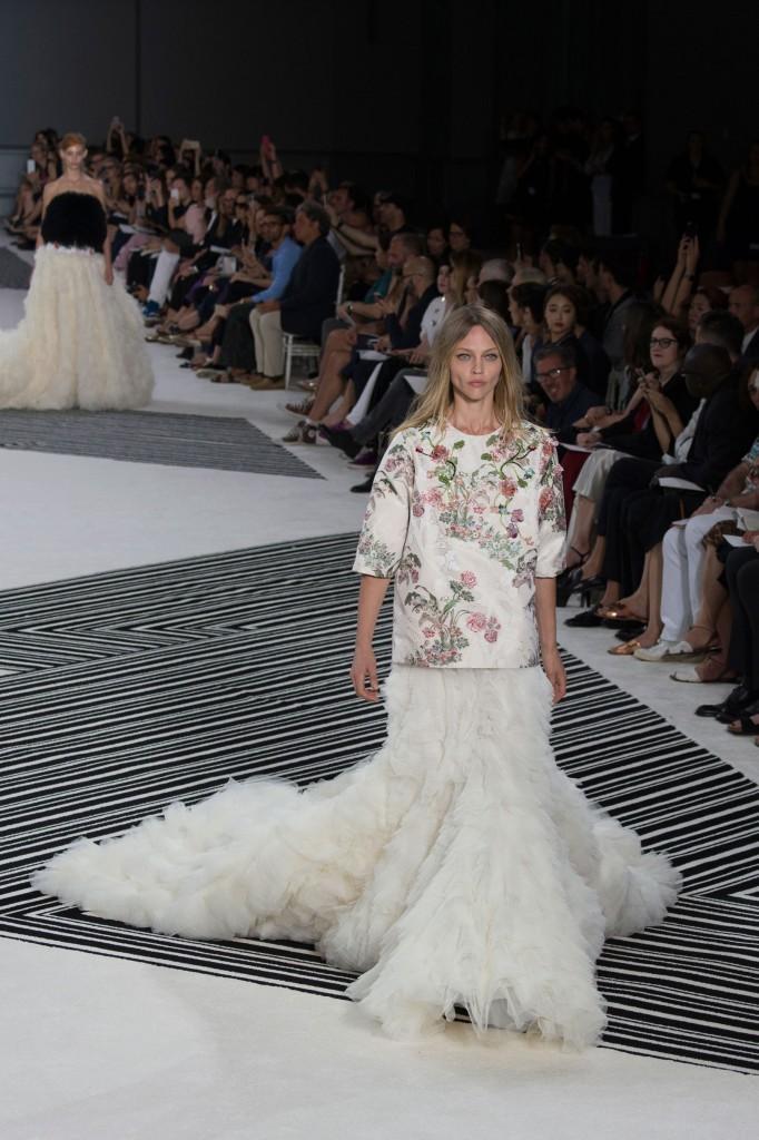 GIAMBATTISTA-VALLI-fall-2015-couture-the-impression-050