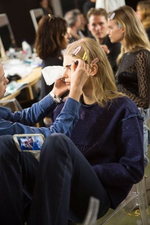 versace-backstage-beauty-spring-2016-fashion-show-the-impression-037