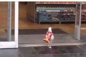 Viral – Clever thief, how this bird stole chips from the supermarket