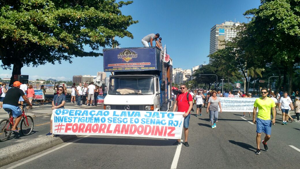 Protesto contra Orlando Diniz na orla de Copacabana