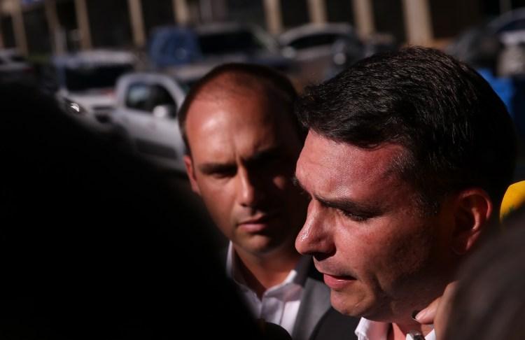 Filhos de Bolsonaro conversam com diretor da PF
