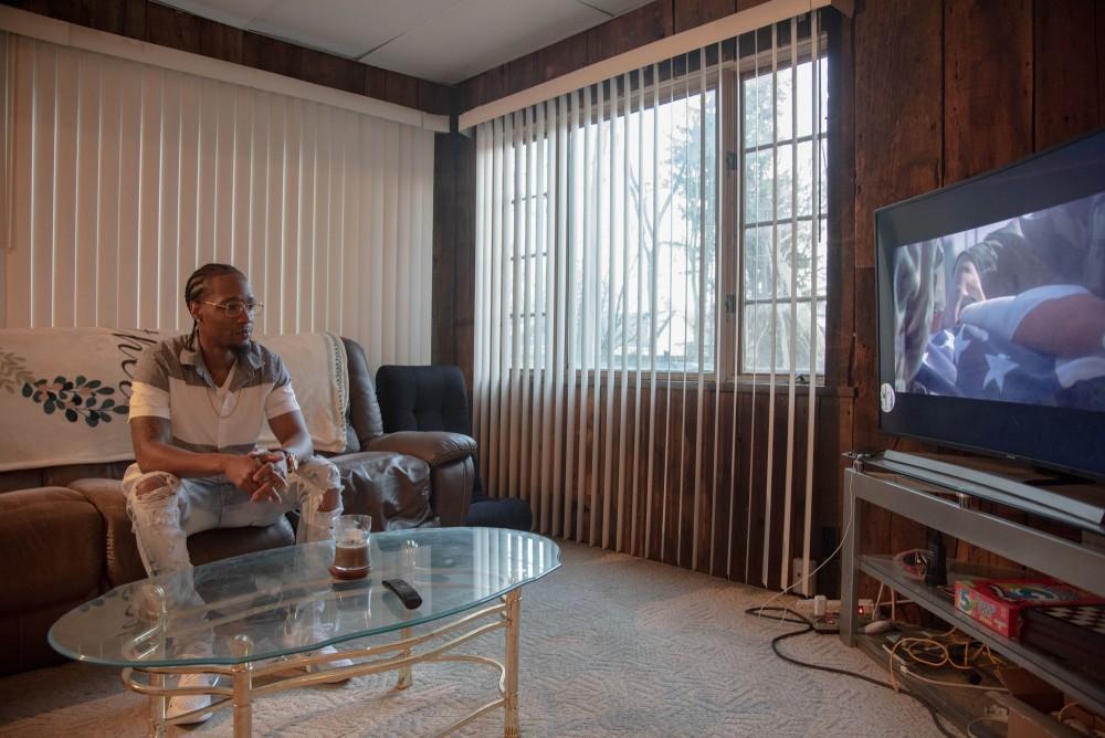 Shemoi Edwards in his home in Flint, MI, Friday, Nov. 20, 2020. (Cydni Elledge for The Intercept)