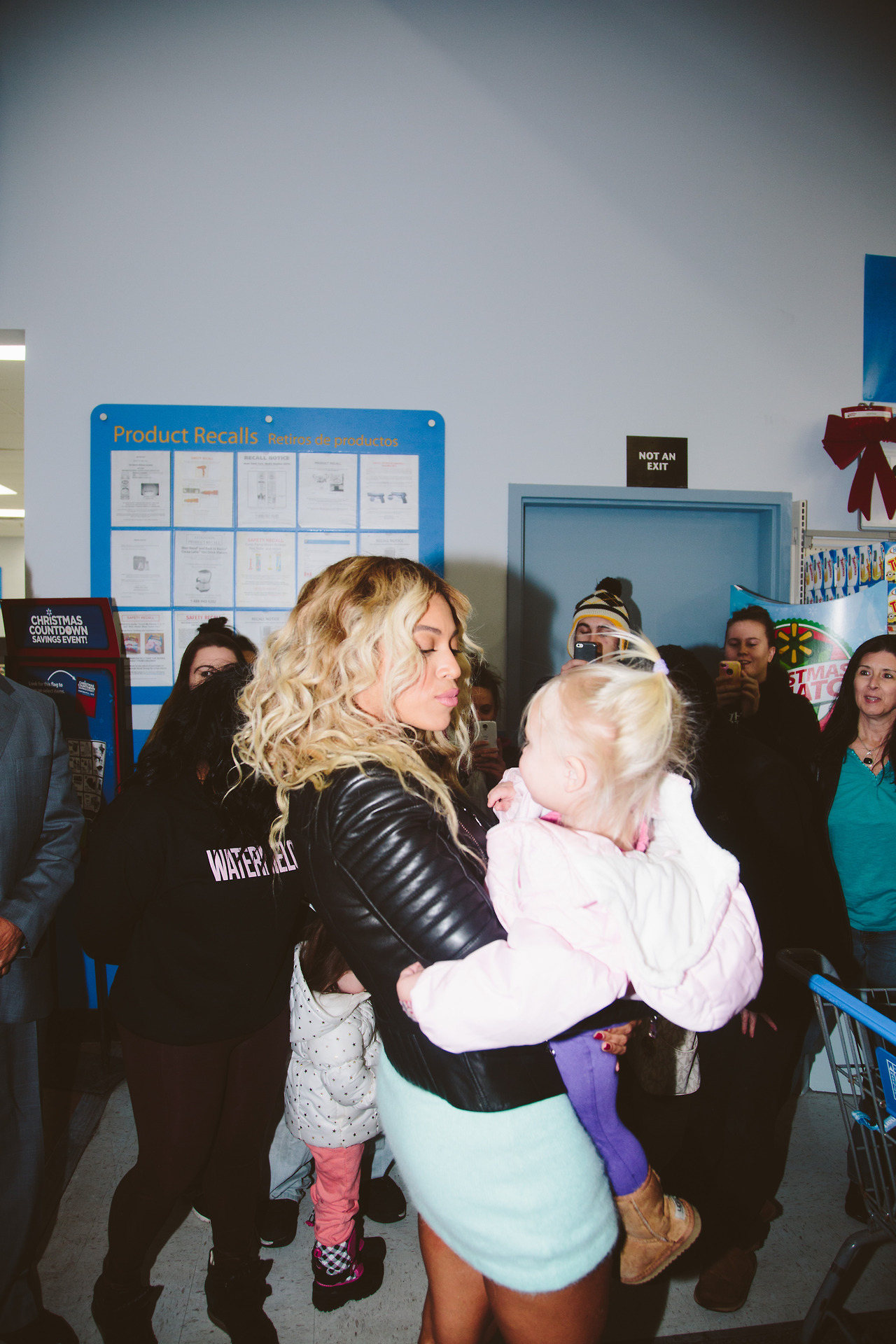 VIDEO Beyonc Surprises Walmart Gifts Shoppers With