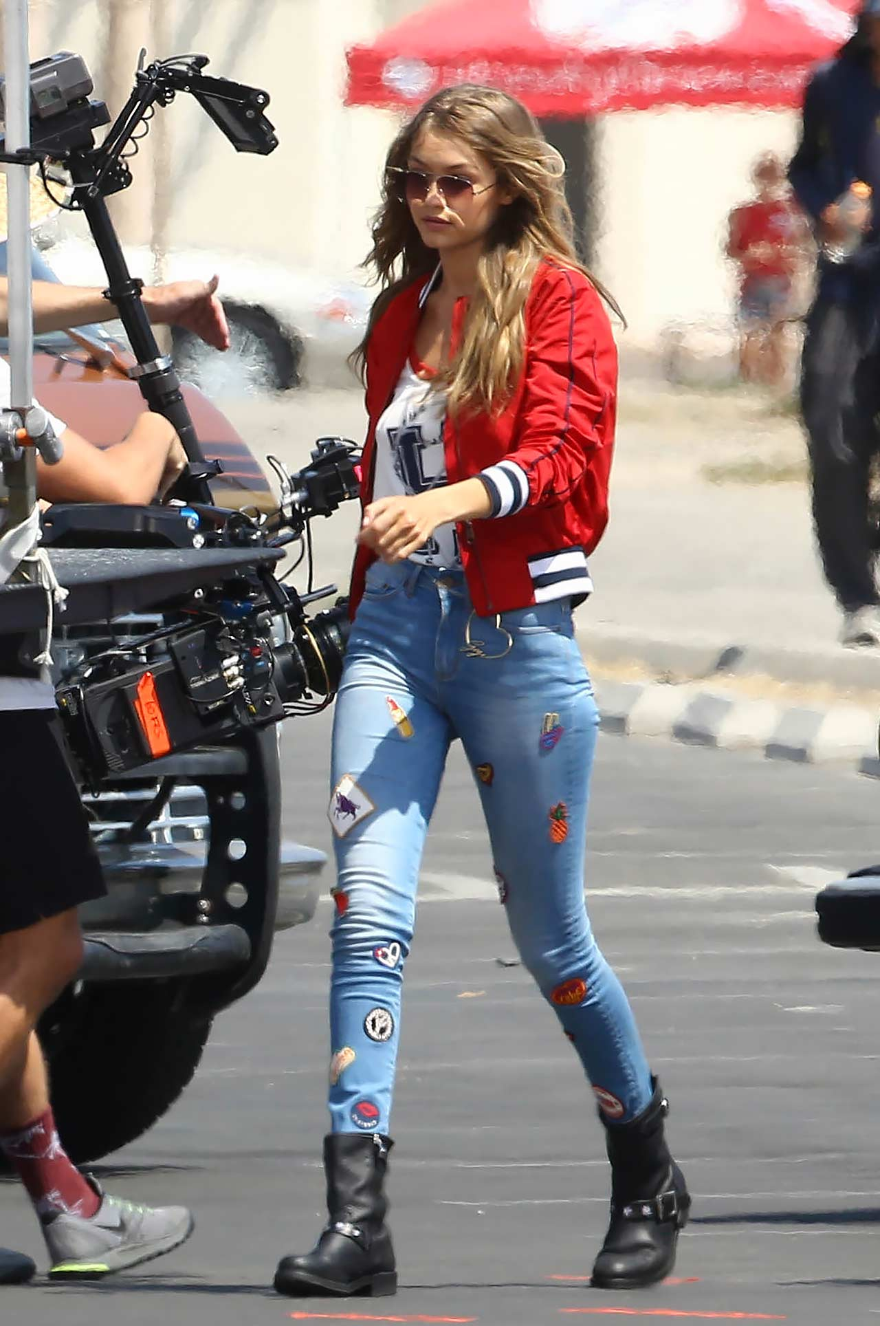 gigi-hadid-tommy-hilfiger-patched-jeans