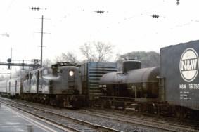 Amtrak #928, una locomotora eléctrica de la clase PRR GG1, atraviesa la ciudad de Elizabeth, Nueva Jersey, en diciembre de 1975.