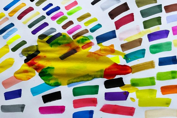 Avant de me préparer à dessiner, je teste mes feutres et suis à chaque fois surprise par la beauté qui jaillit de ces traits de couleur épars,aléatoireset rythmés– et de leursdébordements accidentels…Ce geste sans intention particulière – autre que celui de vérifier l'état de mes feutres –, libre et insouciantdonne forme à un vibrant ensemble.